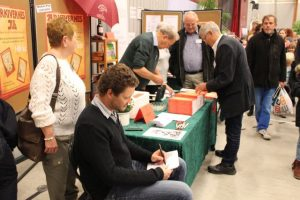 Johan Tieldow som har tegnet bogens mange tegninger, viste hvordan de var blevet til, med den specielle teknik.